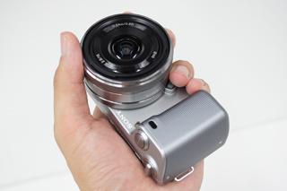 「NEX-5」に単焦点レンズを付けて最小サイズで持ち運ぶ。