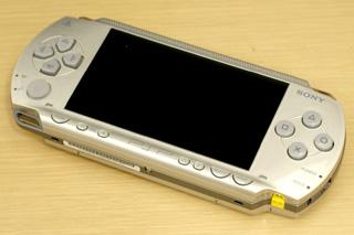 PSPの新色シルバーは落ち着いた雰囲気がクール。