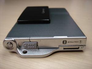 薄さを追求すると、デザインも進化する。DSC-T7