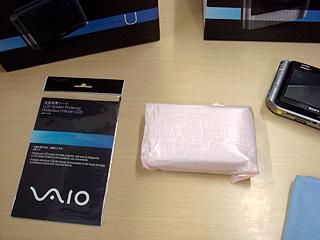 ゼロスピンドルにまずは速攻、液晶保護シートを貼る!